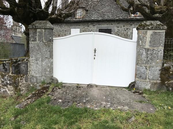Portail blanc sur clôture maison auvergnate