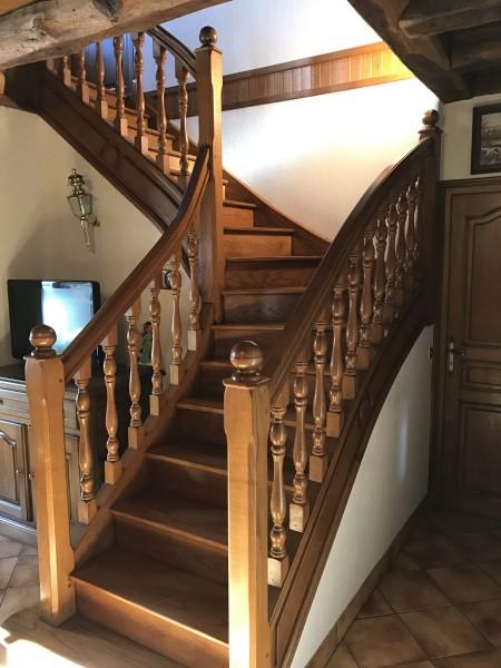 Pose et réalisation escalier tournant Cantal Laroche Menuiserie