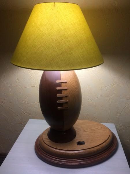 Lampe avec pied ballon de rugby en bois